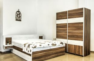 Спален комплект Траяна; Материал: ПДЧ 36 мм.; Спалня: 164/190 см.; Гардероб с плъзгащи врати 160/200/60; Повдигащ механизъм; Нощно шкафче: 2 броя; Скрин: ПДЧ 36 мм: 100/67/45 см.