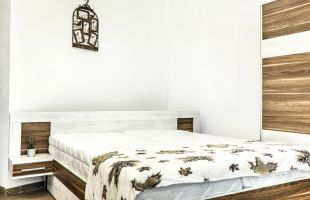 Спален комплект Траяна; Материал; ПДЧ 36 мм.; Спалня: 164/190 см.; Гардероб с плъзгащи врати 160/200/60; Повдигащ механизъм; Нощно шкафче: 2 броя; Скрин: ПДЧ 36 мм: 100/67/45 см.